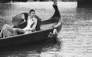 Angela Phương Trinh - Võ Cảnh lãng mạn, nhẹ hôn trán nhau trên thuyền