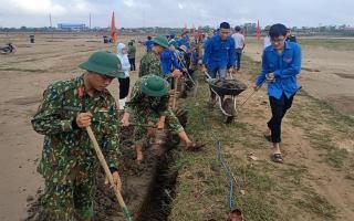 Hàng trăm Đoàn viên, thanh niên giúp dân dọn bùn, cải tạo đồng ruộng sau lũ